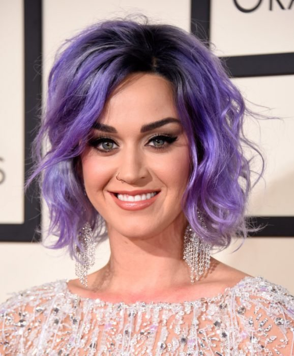 Katy perry con el cabello corto y de color morado