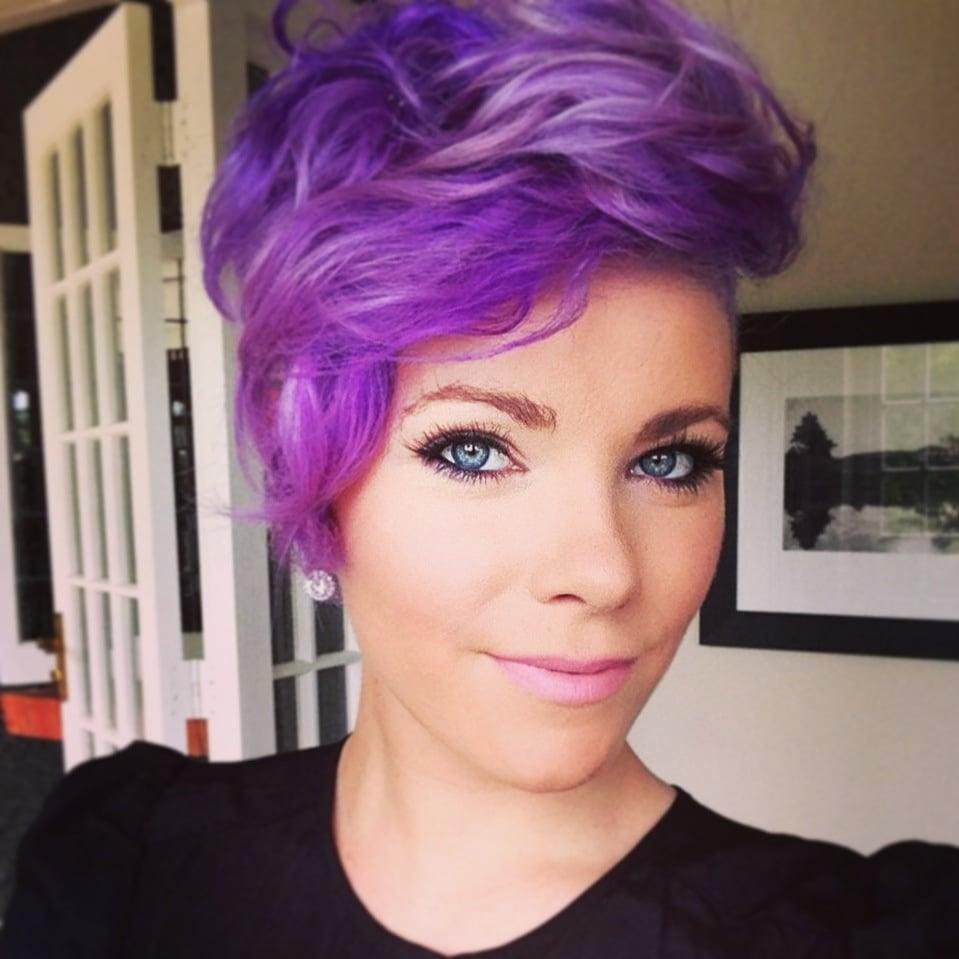 Cabello corto con mechas violetas