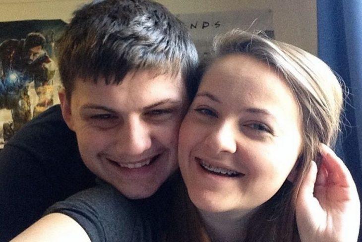 Chica sonriendo junto a su novio