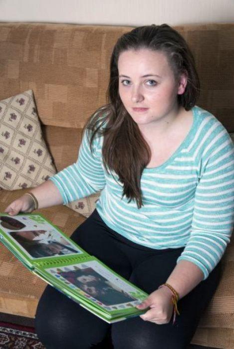 Chica sosteniendo un álbum de recuerdos