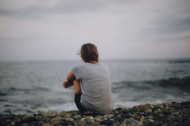chica mirando hacia el mar