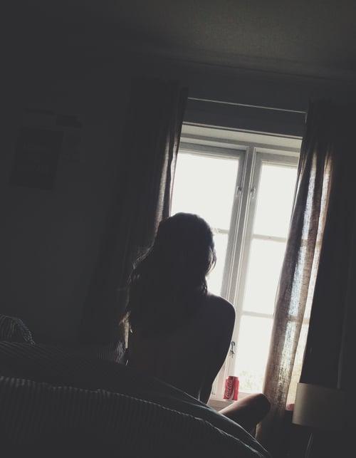 chica mirando hacia la ventana