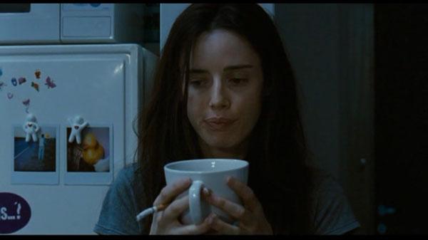 chica con cigarro y taza de café en la mano