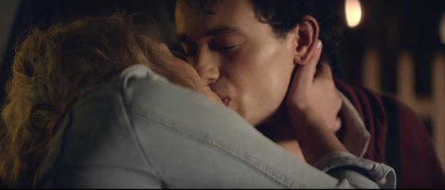 pareja de novios besándose en el auto