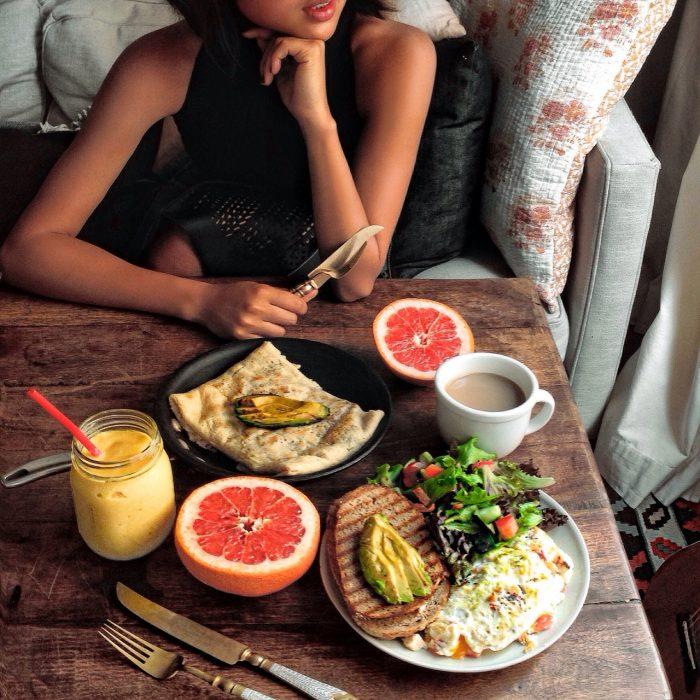 chica frente a comida saludable