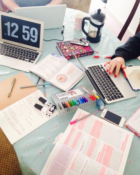 escritorio de mujer con cosas de trabajo