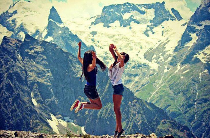 chicas saltando en una montaña