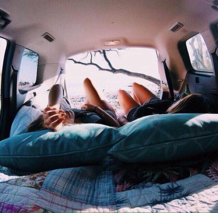 chicas en la parte de atrás de camioneta