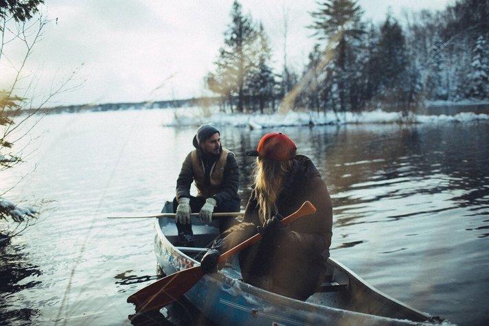 chicos en balsa en medio de lago