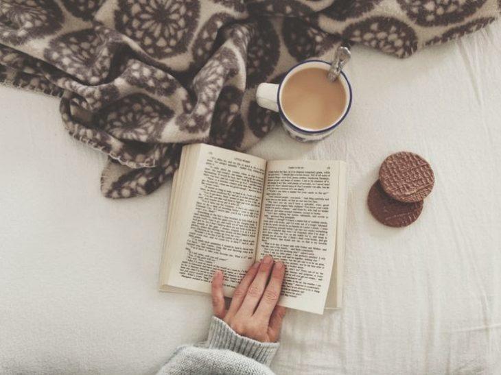 chica leyendo en cama visto de arriba