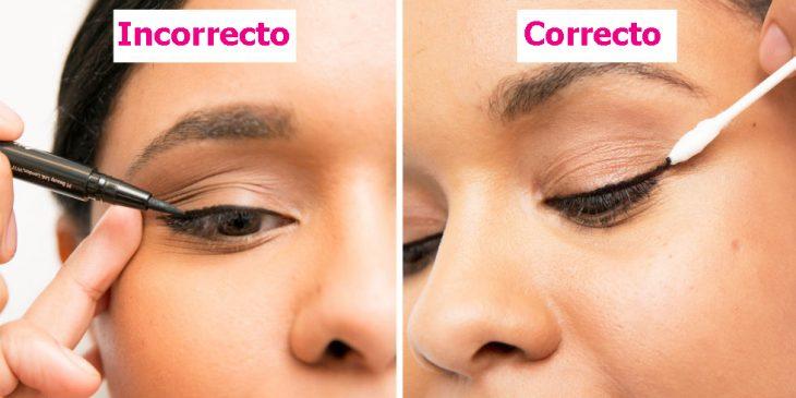 Mujer mostrando como aplicar correctamente el delineador en los ojos