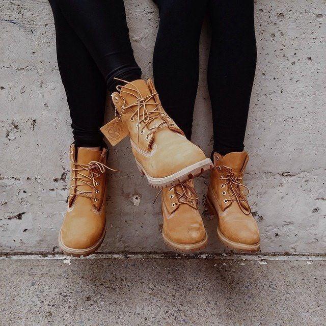 pies de dos personas con botas