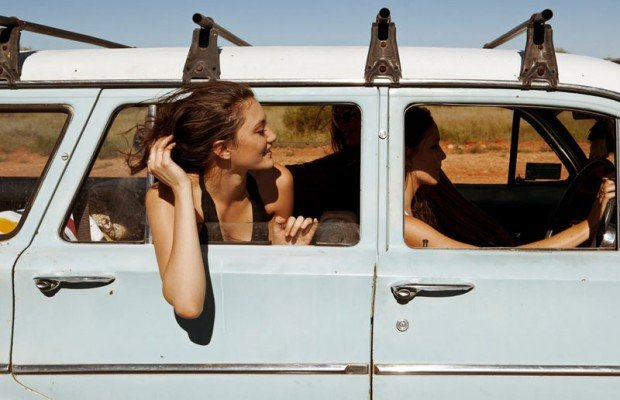 chicas viajando en camioneta vieja
