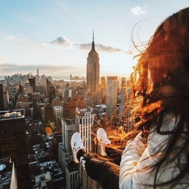 chica sentada en un rascacielos