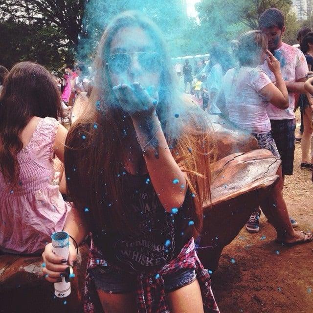 chica soplando polvo azul