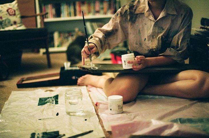 chica pintando en el suelo