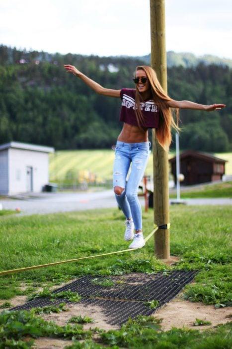 chica caminando sobre cuerda floja