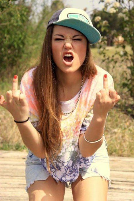Foto de chica parando dedo