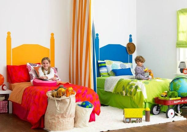 cuarto de niño y niña con edredones de color verde y rosa