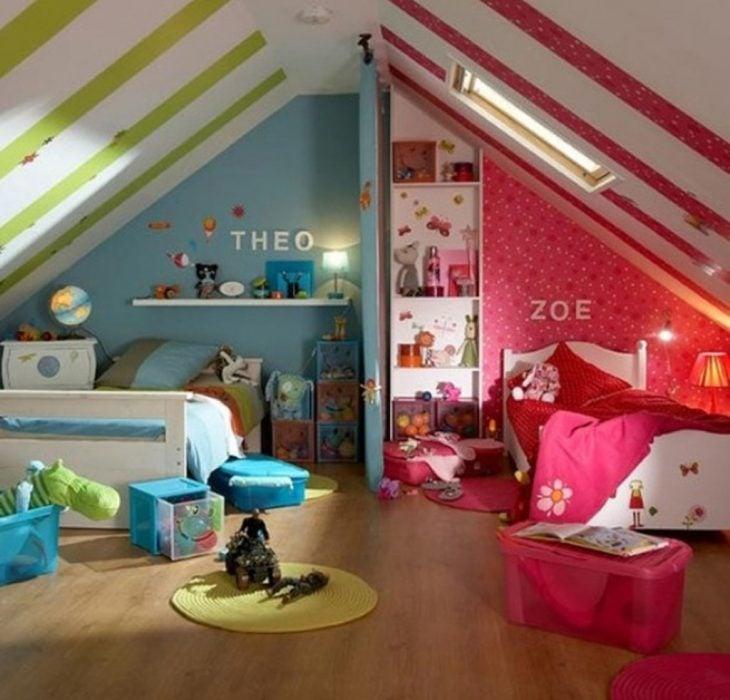camas para niño y niña en el mismo cuarto con separación