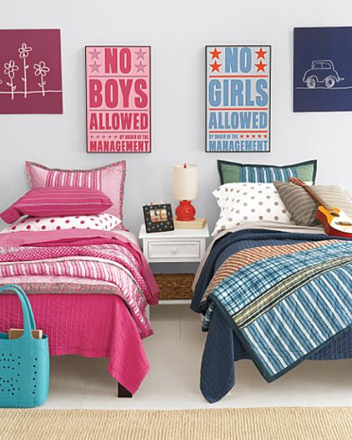 camas para niño y niña con cuadros en azul y rosa en el mismo cuarto