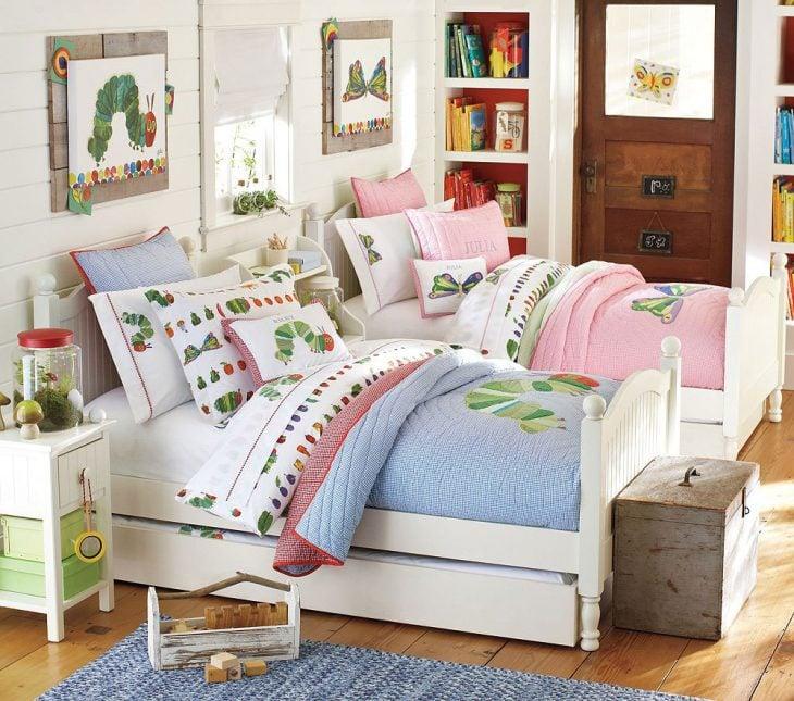 Diseño de cuarto para niño y niña dividido por cajas para guardar materiales