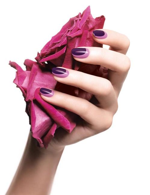 Diseños de uñas en color morado con rosa