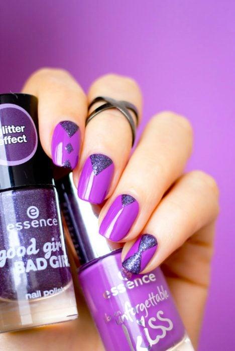 Diseño de uñas en color morado con gliter color gris
