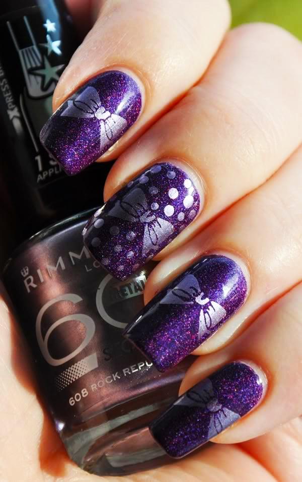 Diseños de uñas de color morado con moños en color plateado