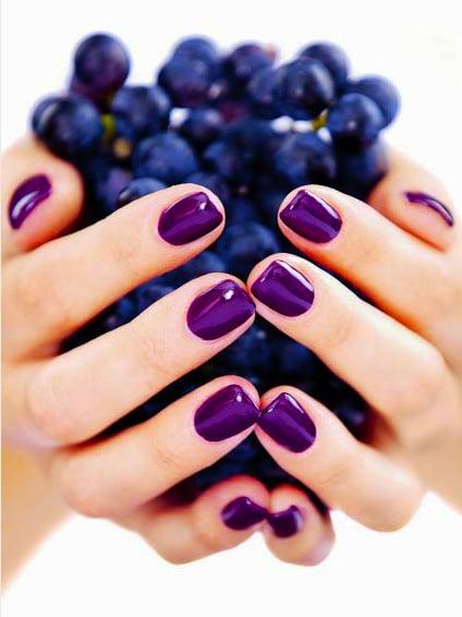 Diseño de uñas color morado brilloso