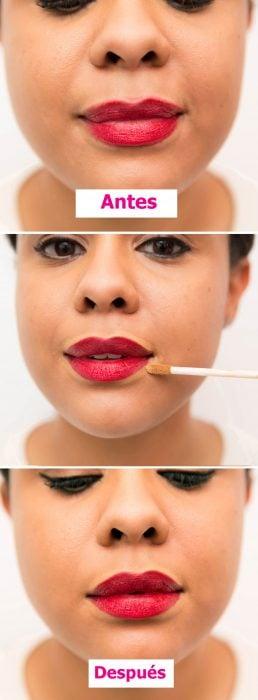 Chica aplicándose corrector al rededor de los labios