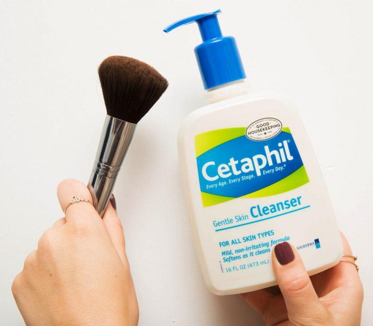 Brocha y limpiador de maquillaje