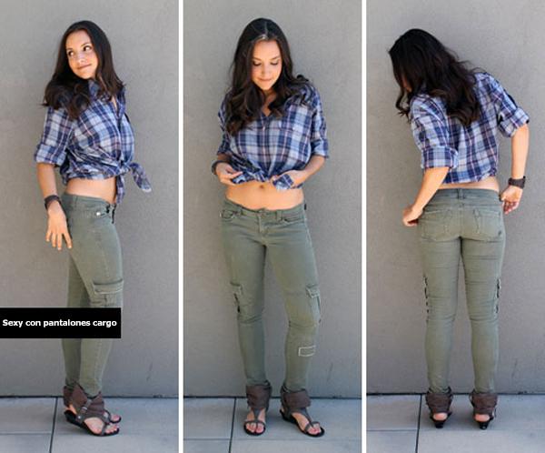Chica usando unos pantalones tipo cargo y una camisa a cuadros