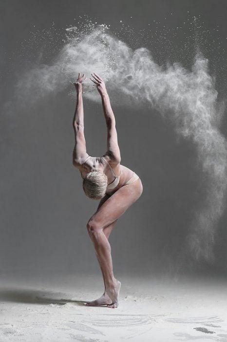 Alexander Yakovlev fotógrafo que captura a bailarinas usando harina
