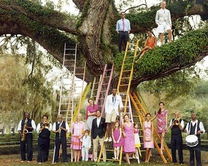 foto de boda con escaleras y gente arriba de un árbol