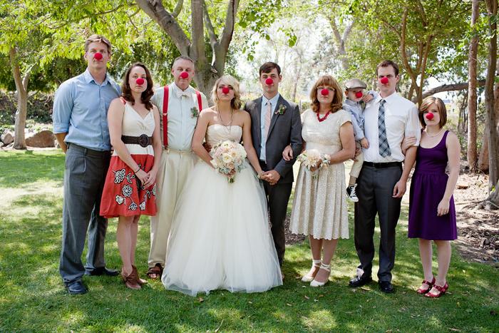 foto grupal de boda todos nariz de payaso