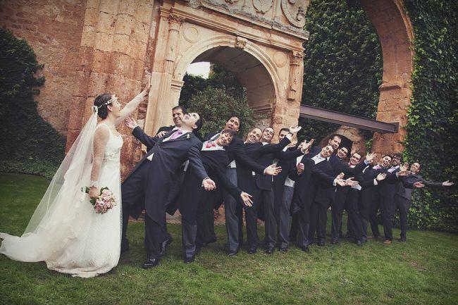 novia empuja a los hombres de la boda