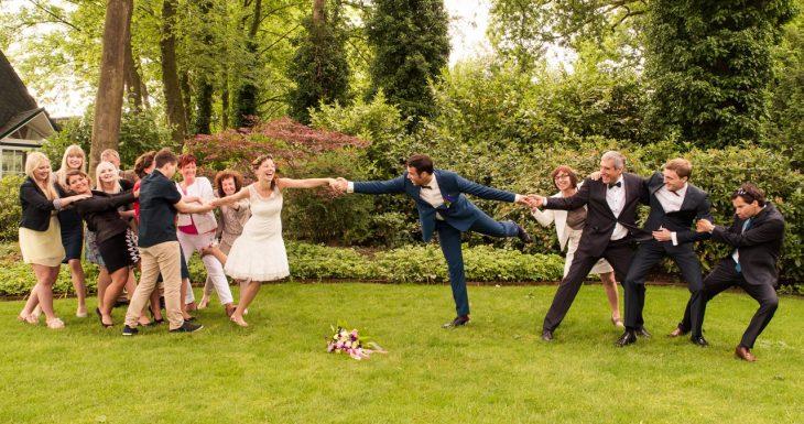 foto boda damas y padrinos jalan a los novios