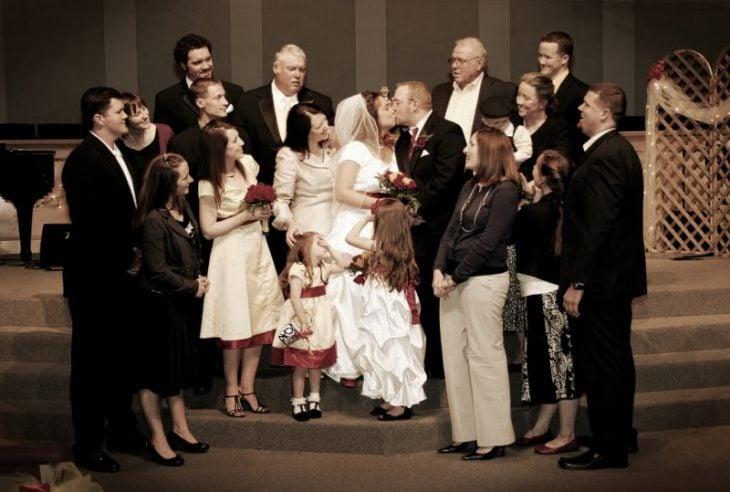 familia mirando a los novios