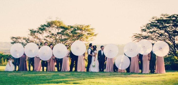 foto boda todos con sombrilla
