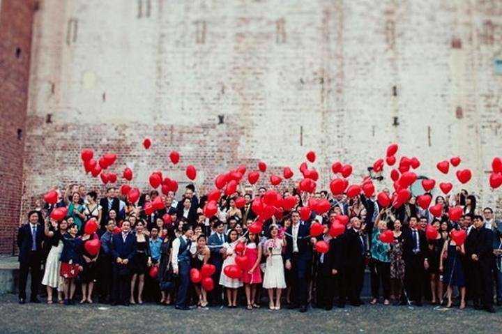 retrato de boda familiar con globos rojos