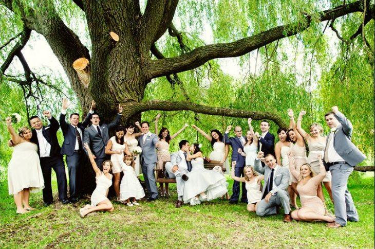 foto foto grupal de boda bajo un árbol