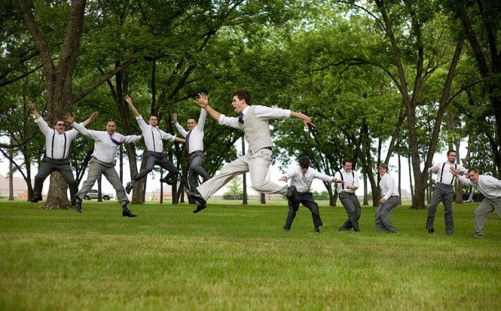 padrinos de boda brincando