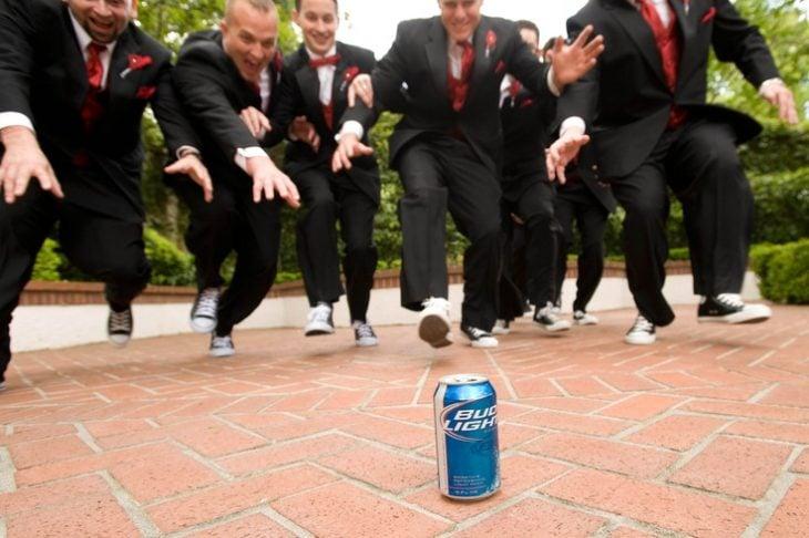 padrinos de boda tras una cerveza