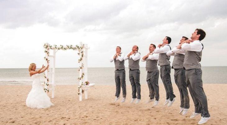 padrinos de boda saltando