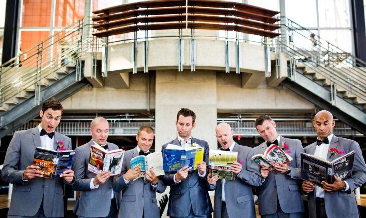 padrinos de boda leyendo revistas