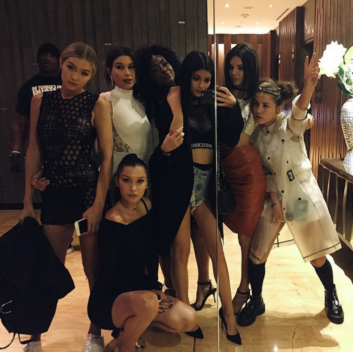 Chicas tomándose una foto frente al espejo de un club