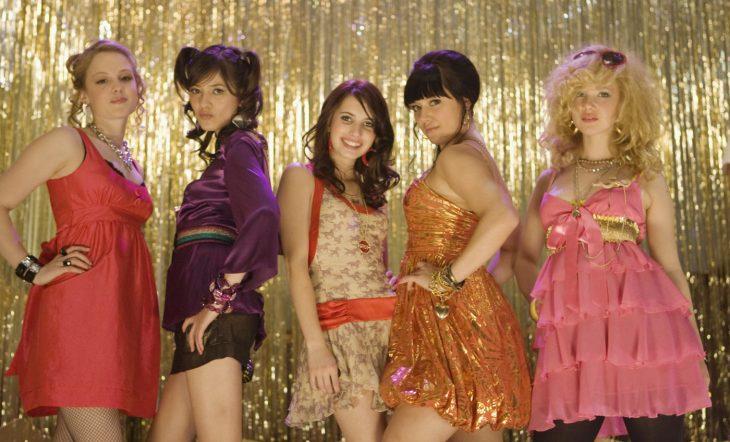 Escena de la película wild child chicas bajando las escaleras de una fiesta