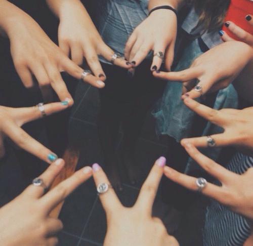 Chicas formando una estrella con las manos