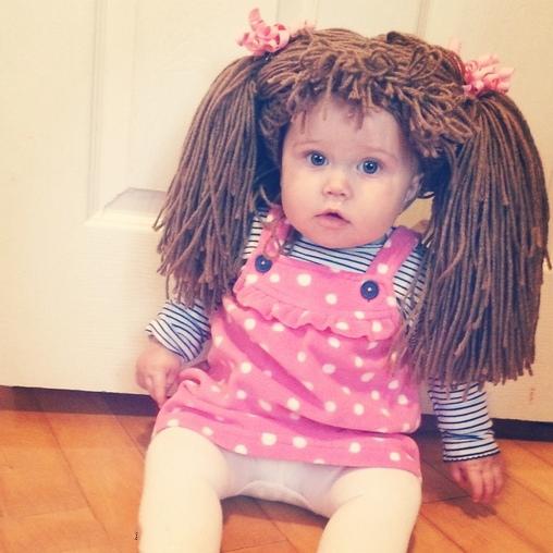 Niña disfrazada de muñeca